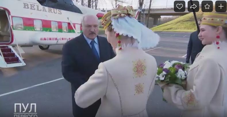 Лукашенко прилетел на вертолете и приземлился на автостоянке зоны отдыха на реке Витьба. Смотрите видео, как это было