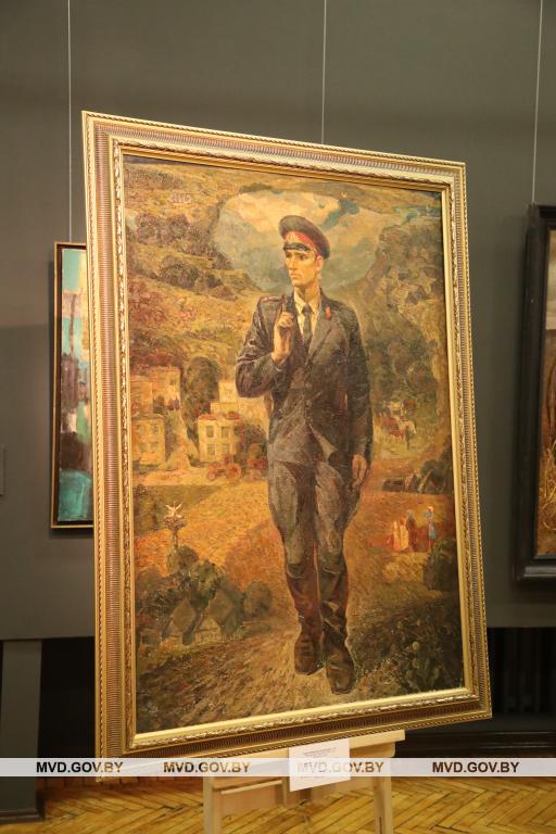 Картину «Участковый инспектор Горошко М.И.» Николай Опиока из Дубровно подарил Национальному художественному музею Беларуси