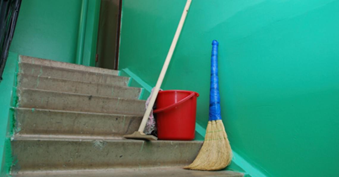 Может ли ЖЭУ без ведома жильцов убрать уборщика подъезда? Разбирались с ситуацией в Витебске