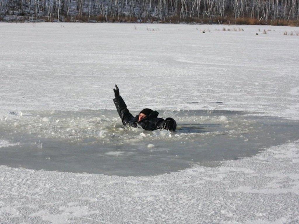 Рыбак провалился под лед. Друг держал его за руки до приезда спасателей