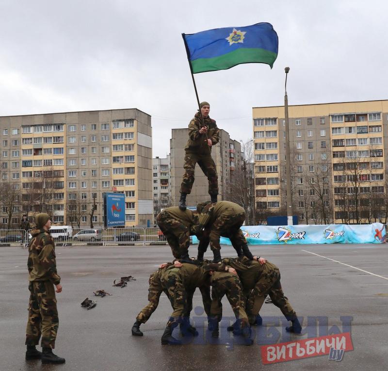 В Витебске десантники, ОМОН, ГАИ и МЧС впервые устроили совместное шоу на 23 февраля