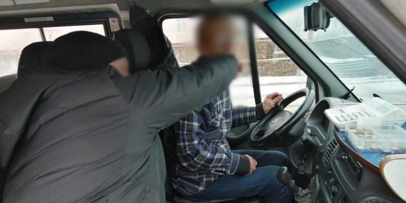 Избил водителя такси
