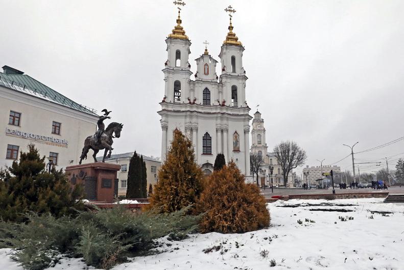 В Витебске из-под снега появились и расцвели крокусы