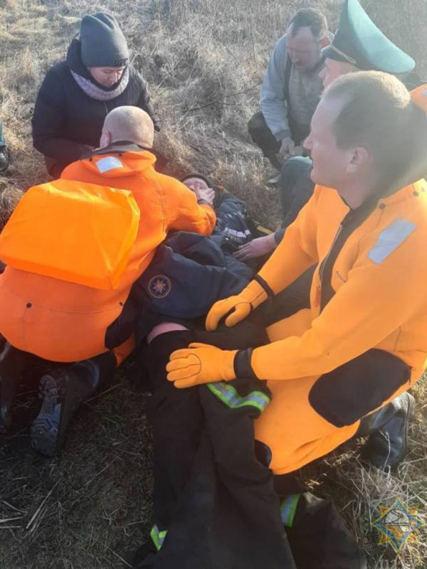 Рыбак попал под лед