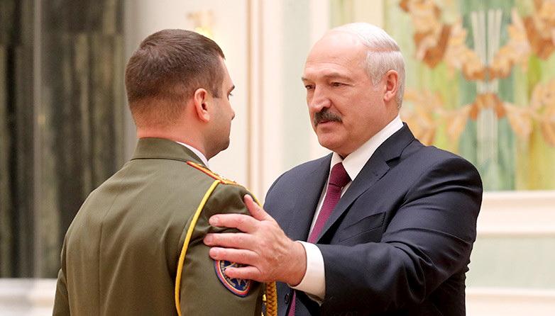 Лукашенко наградил спасателя за предотвращение крупного взрыва под Витебском