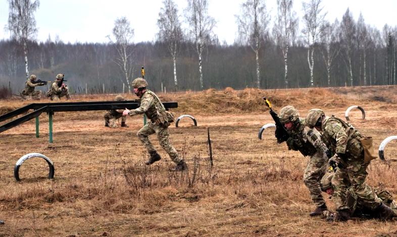 Фотофакт: британские и белорусские десантники тренируются вместе
