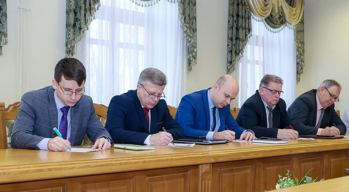В преддверии Дня Конституции представители власти написали диктант на одном из государственных языков