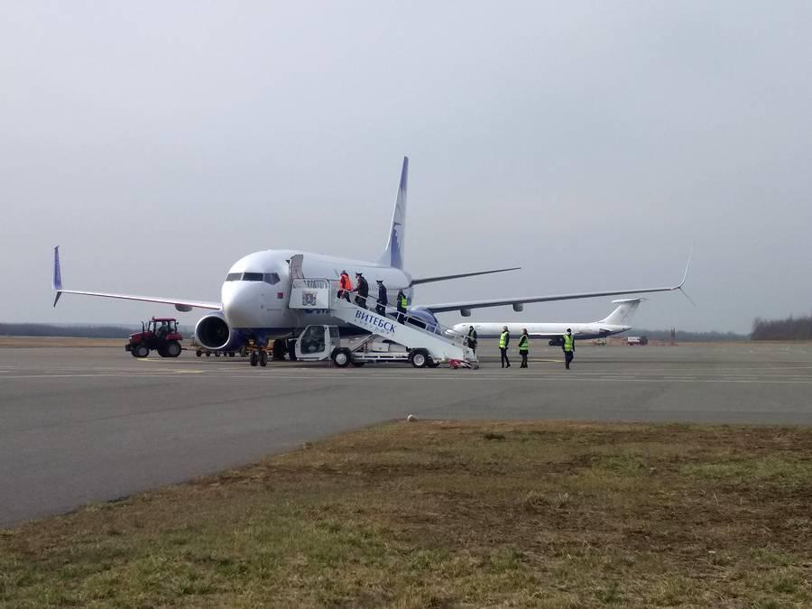 «Буду целовать асфальт белорусский». В Витебск прибыл самолёт с туристами освобожденными из «египетского плена»