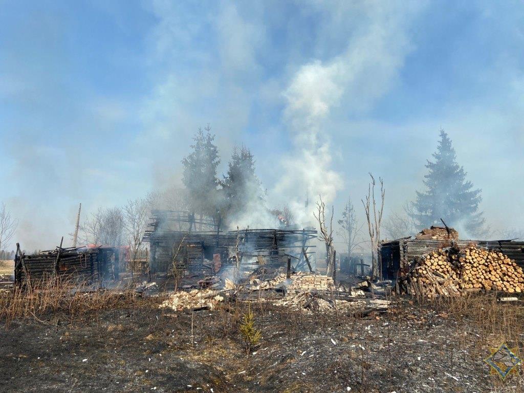 В Докшицком районе сельчанин, сжигая мусор, уничтожил дом с хозпостройками