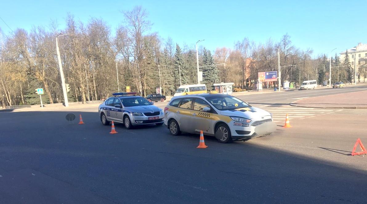 В Витебске таксист проехал на красный и сбил девушку на пешеходном переходе