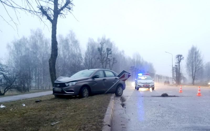 В Новополоцке автомобиль Lada Vesta въехал в дерево