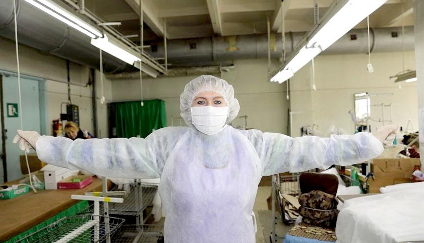 В Витебске наладили массовый выпуск защитных костюмов для медиков