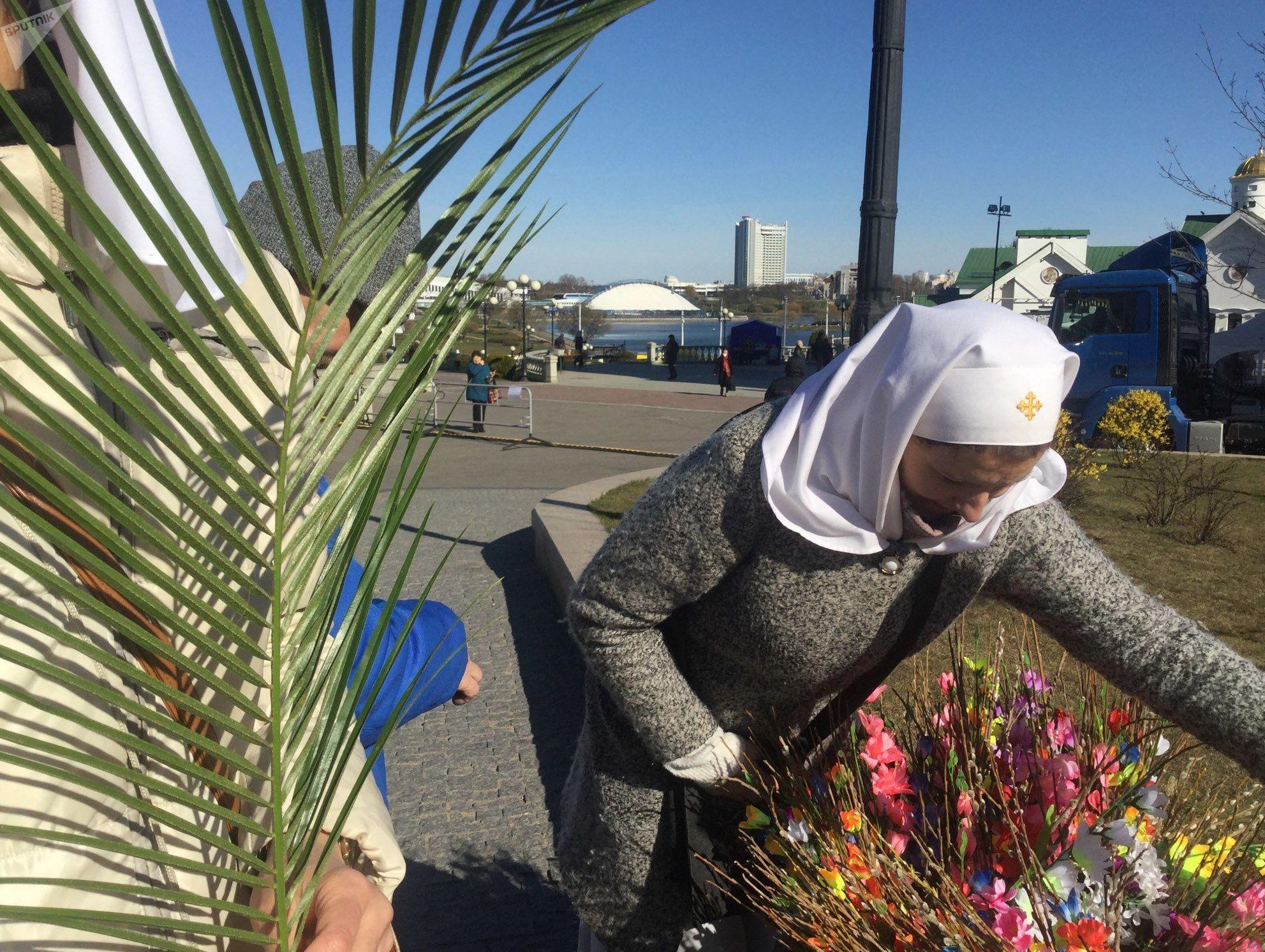 Это вербное воскресенье: полный храм народа и пальмовые ветви