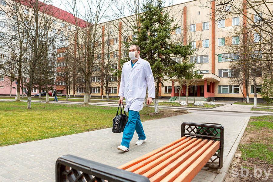 Студент-медик из Витебска помогает более опытным коллегам в реанимации областной больницы