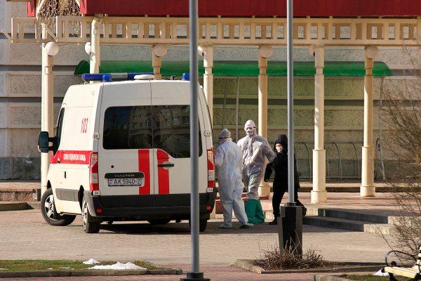 Фотофакт: в Витебске пациентов из инфекционной больницы возят в диагностический центр без изолирующих капсул