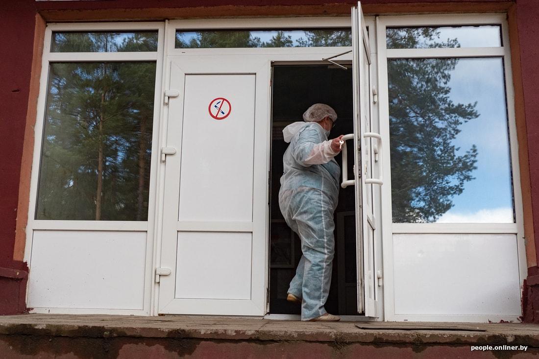 Напуганные Бешенковичи: Врачи живут в гимназии, а местные скидываются на оборудование для больницы