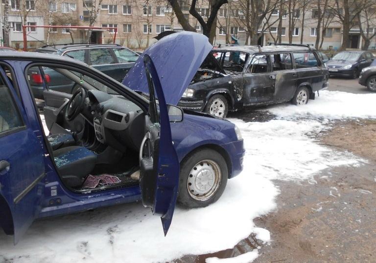 В Новополоцке на стоянке возле дома одновременно горели три автомобиля