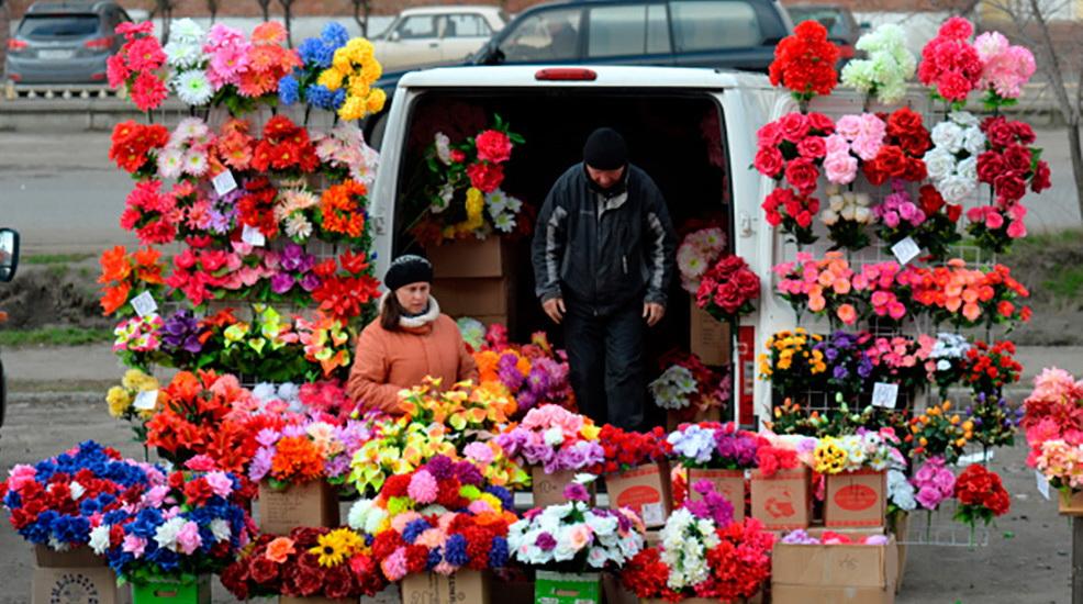 Пластиковые цветы на Радуницу — экологическая проблема