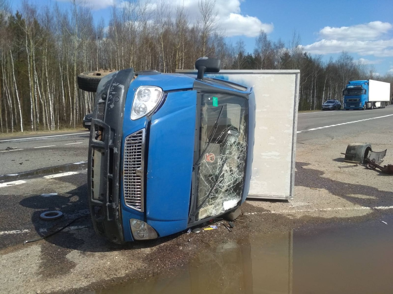 Фургон перевернулся после столкновения с легковушкой под Витебском