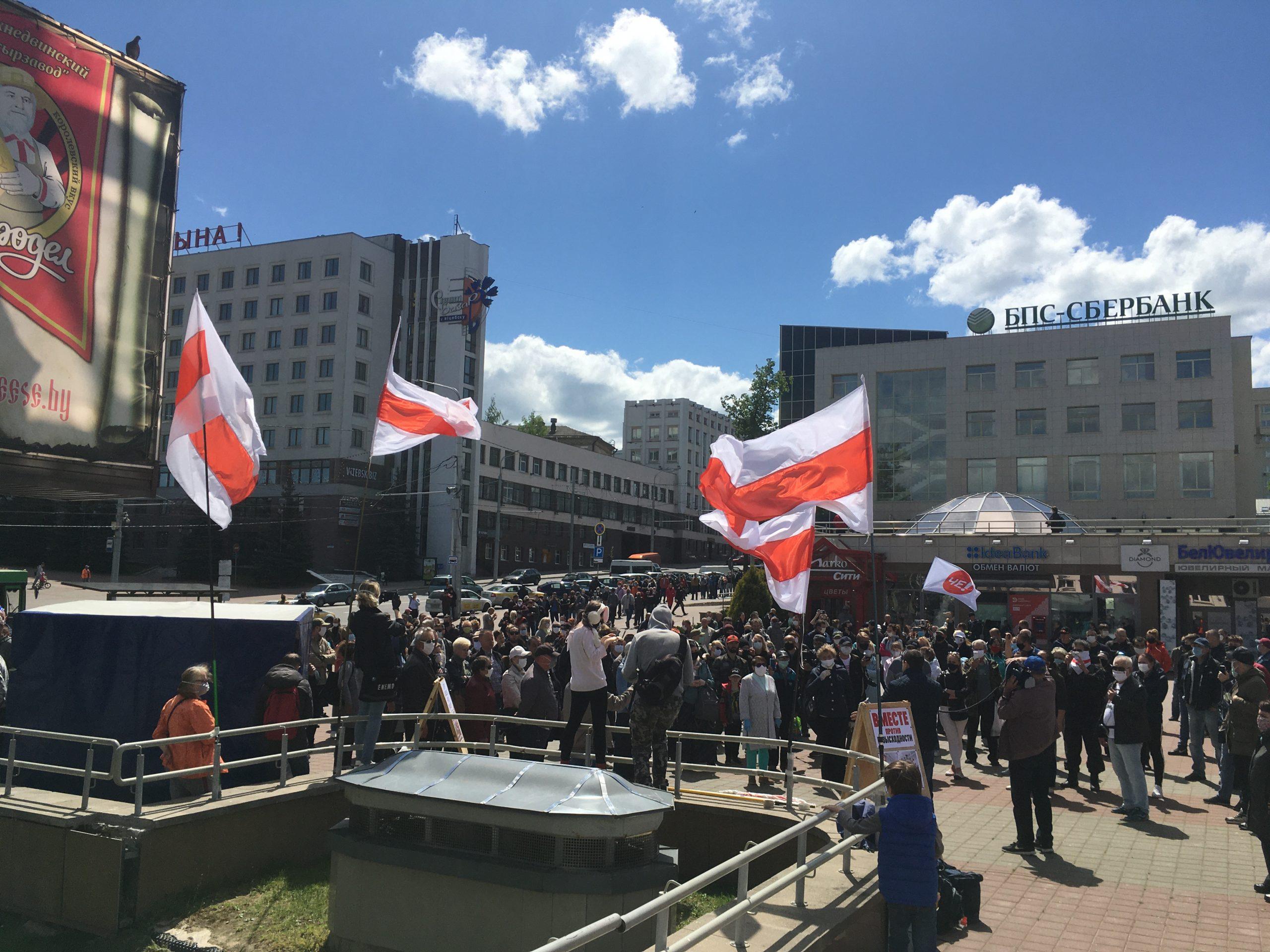 В Витебске собралась огромная очередь к сборщикам подписей