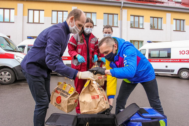 До конца мая МакДональдс в обновленном формате продолжит обеспечивать обеды для бригад скорой помощи