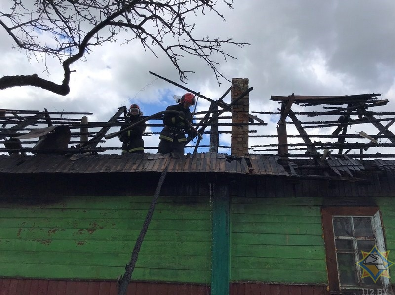 Загоревшийся автомобиль сжег дом в Городокском районе. Спасены сарай и баня