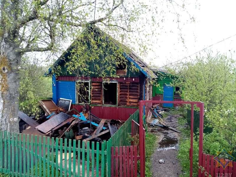 В Лиозно из горящего дома спасатели вытащили женщину, ее сын выскочил сам