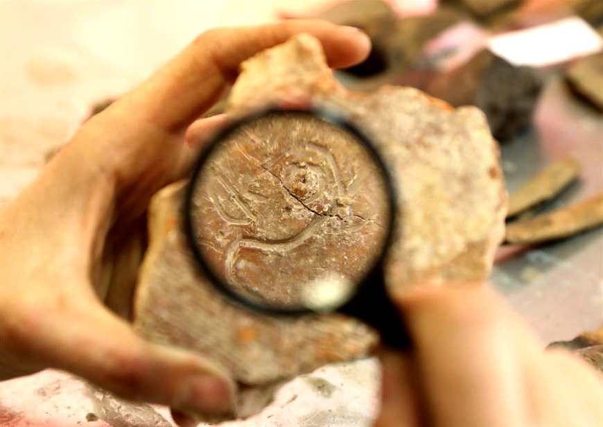 В Полоцке нашли плинфу XII века с изображением музыканта-скомороха