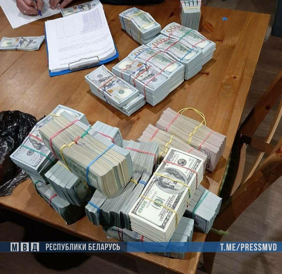 Опубликовано видео изъятия денег во время обыска в квартире Тихановского — фото и видео