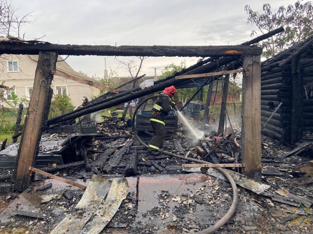 Прямой удар молнии вызвал пожар сарая и гаража в Докшицком районе