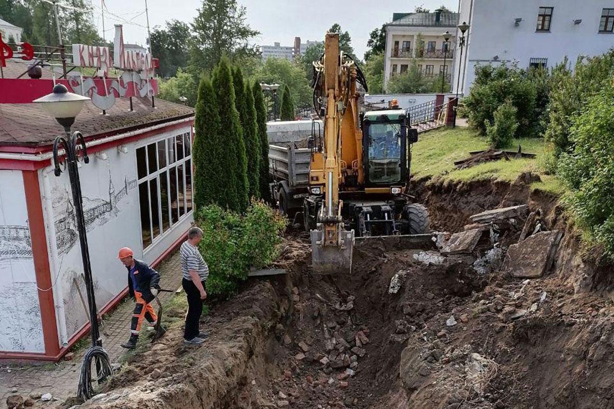 «Археологи на экскаваторах» продолжают «ровнять с землей» остатки исторической гостиницы Брози, где жила жена Шагала
