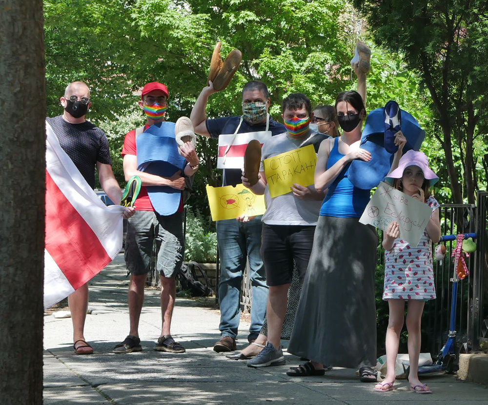 К посольству Беларуси в Вашингтоне принесли тапки