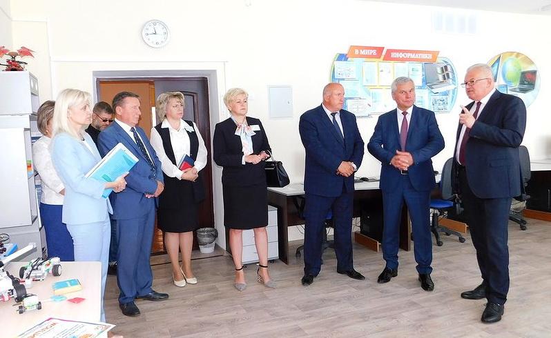 Министр образования проверил «боеготовность» системы и объявил Глубокое драйвером для соседних регионов