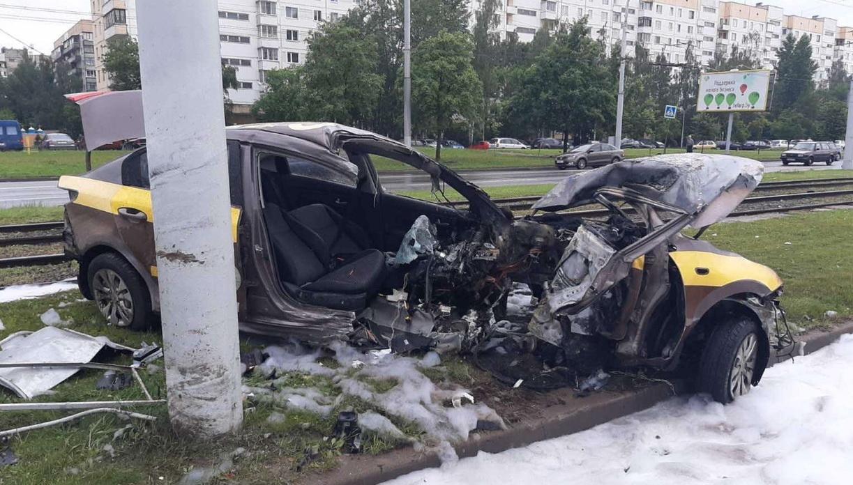 Стали известны подробности аварии с участием такси на перекрестке улицы Бровки и проспекта Строителей в Витебске