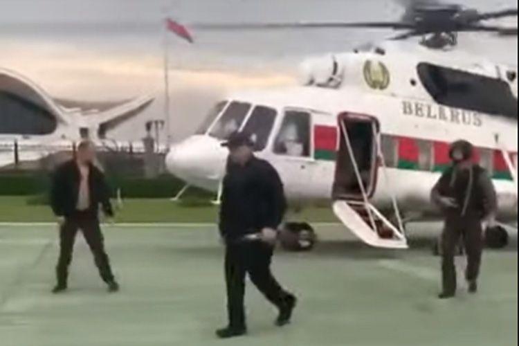Лукашенко прилетел во Дворец независимости и вышел из вертолета с автоматом