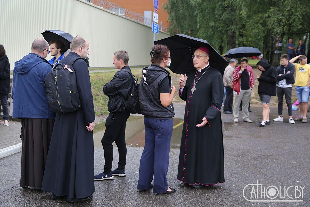 Архиепископ Кондрусевич помолился под стенами ЦИП на Окрестина — внутрь его не пустили