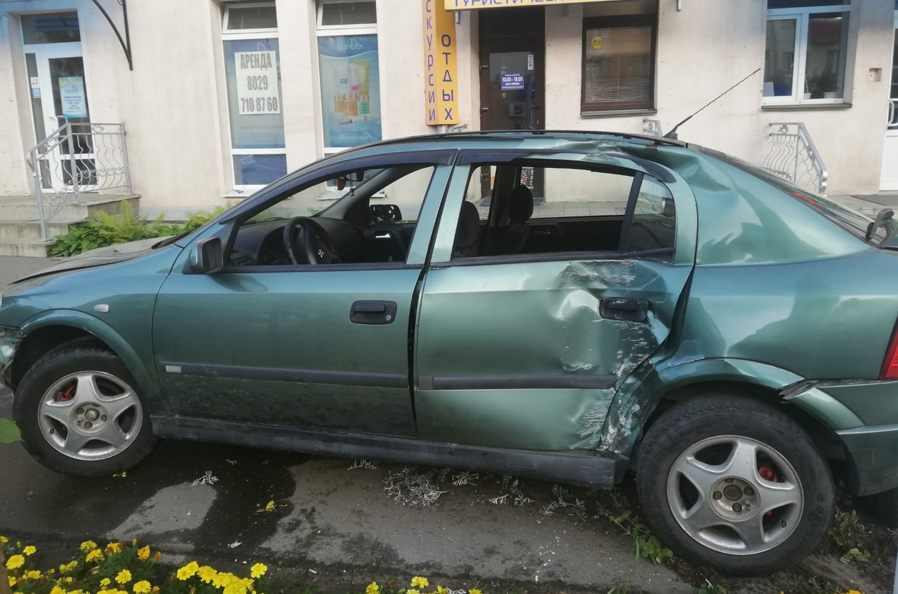 Сегодня на проспекте Черняховского в Витебске автомобиль снес дерево, четверо пострадали