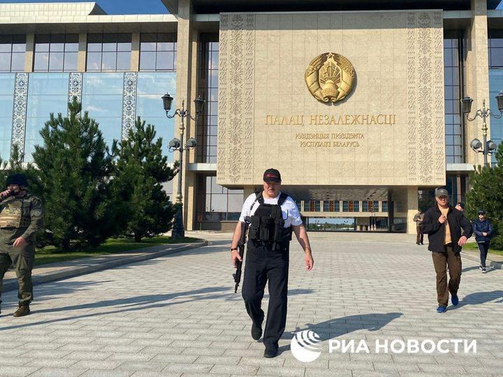 Для защиты Лукашенко от мирных демонстрантов в Минск ввели бронетехнику