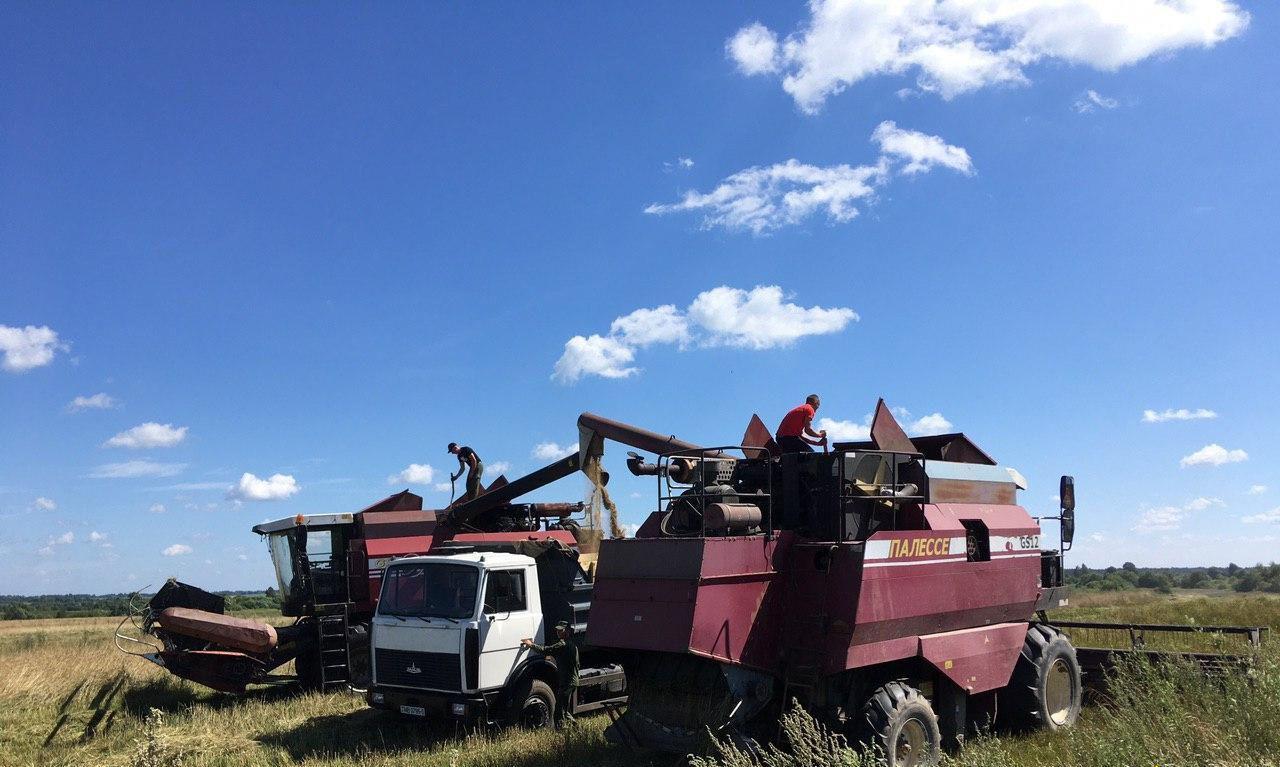 В Сенненском районе военные водители сели за руль сельхозтехники и помогают убирать урожай
