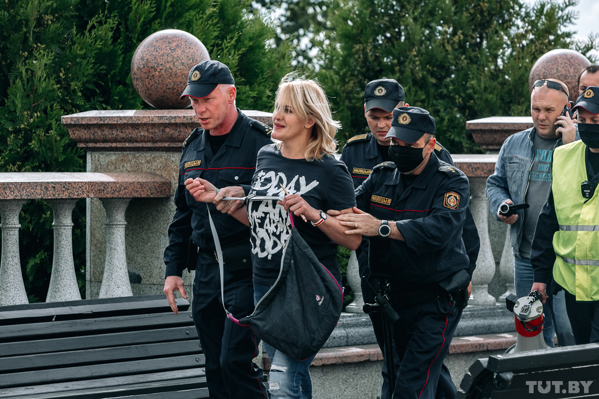 В Витебске активисты собирали подписи за отзыв депутатов. Одного человека задержали