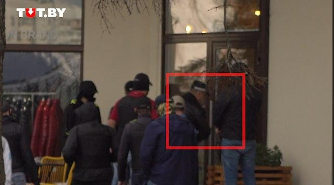 Глава ГУБОПиК разбивает стекло в минском кафе. Видеофакт