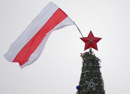 Флаги в бело-красных тонах появляются в различных местах Витебска и Витебской области