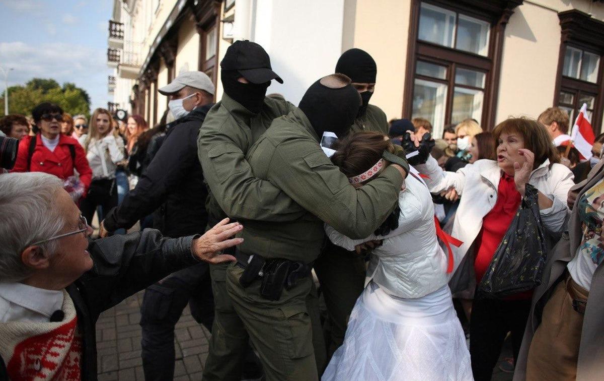 Жесткие задержания женщин и праздники во дворах. Как проходил протест в субботу в Минске