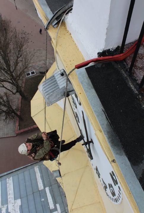 Замена стрелок на главных часах города Витебска. Фотофакт